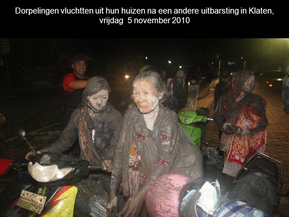 Vrijwilligers redden slachtoffers van de Merapi in Argomulyo, het dorp werd verwoest door de dodelijke hete wolken van vulkanisch as op 5 november 201