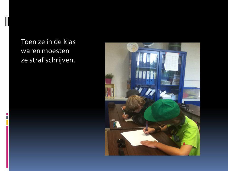 Toen ze in de klas waren moesten ze straf schrijven.