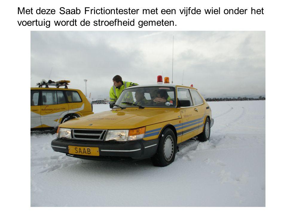 Met deze Saab Frictiontester met een vijfde wiel onder het voertuig wordt de stroefheid gemeten.