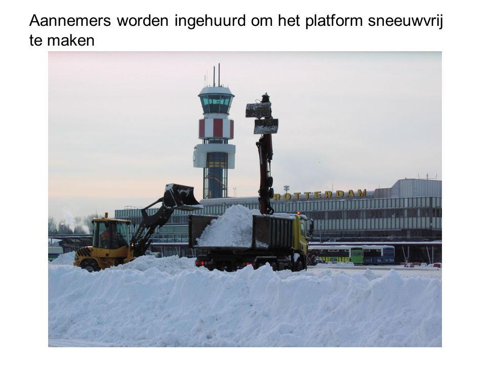 Aannemers worden ingehuurd om het platform sneeuwvrij te maken