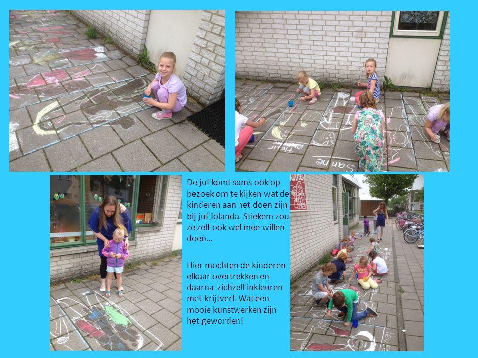 De juf komt soms ook op bezoek om te kijken wat de kinderen aan het doen zijn bij juf Jolanda. Stiekem zou ze zelf ook wel mee willen doen… Hier mocht