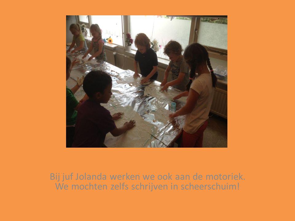 Bij juf Jolanda werken we ook aan de motoriek. We mochten zelfs schrijven in scheerschuim!