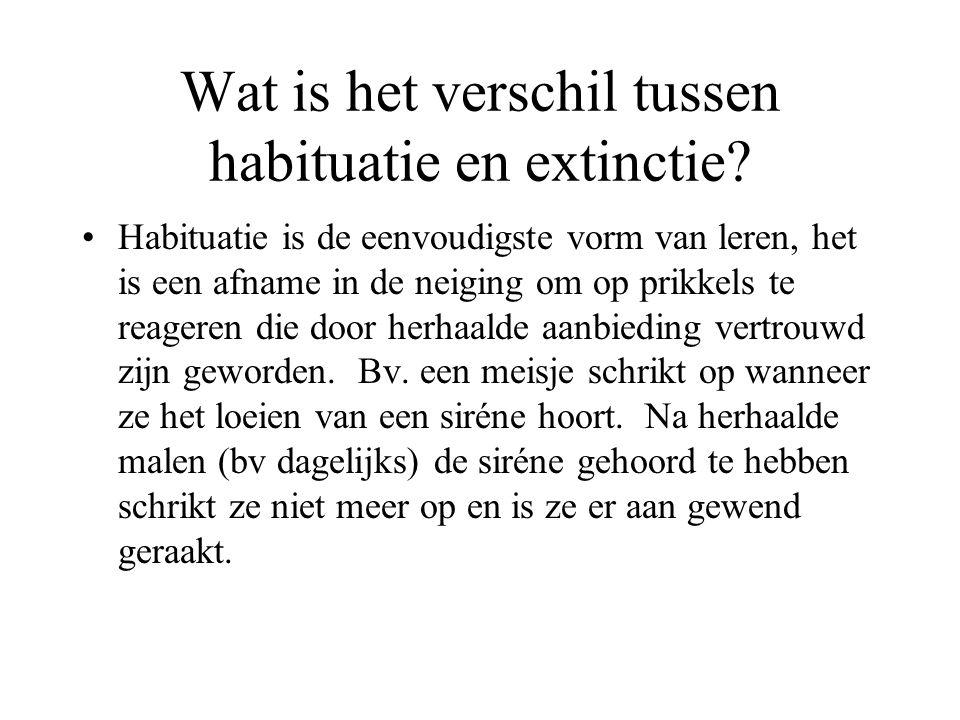 Wat is het verschil tussen habituatie en extinctie? Habituatie is de eenvoudigste vorm van leren, het is een afname in de neiging om op prikkels te re