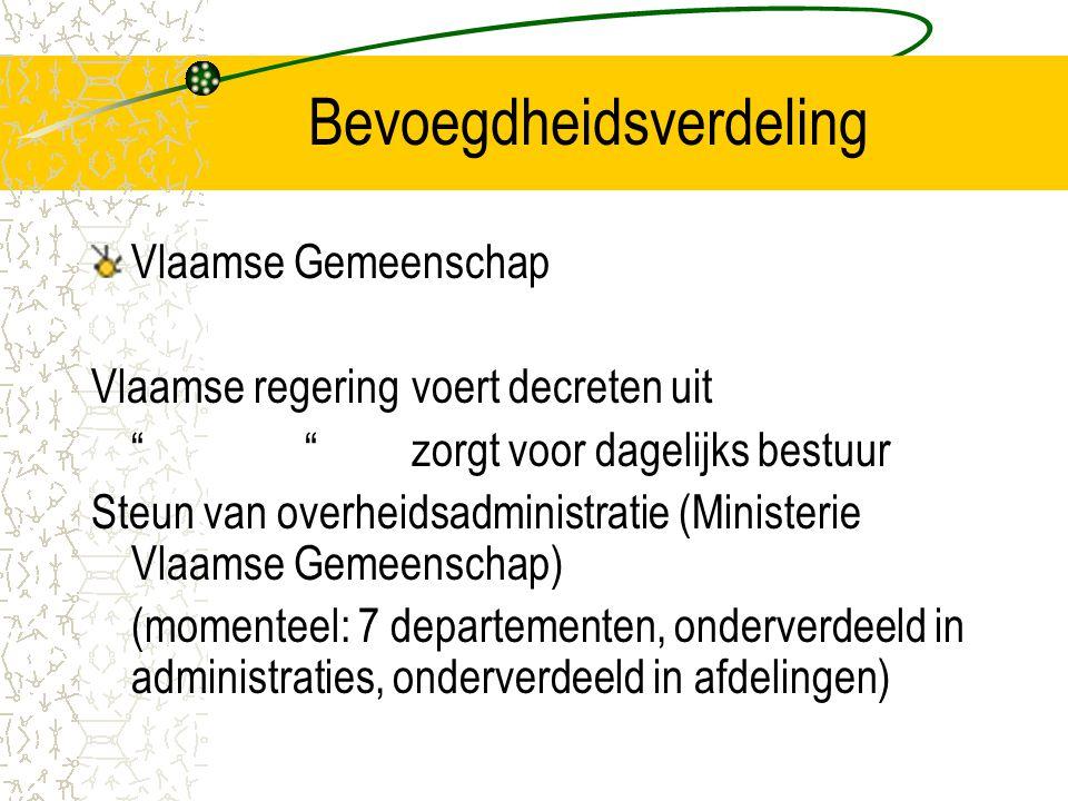 Bevoegdheidsverdeling Vlaamse Gemeenschap Vlaamse regering voert decreten uit zorgt voor dagelijks bestuur Steun van overheidsadministratie (Ministerie Vlaamse Gemeenschap) (momenteel: 7 departementen, onderverdeeld in administraties, onderverdeeld in afdelingen)