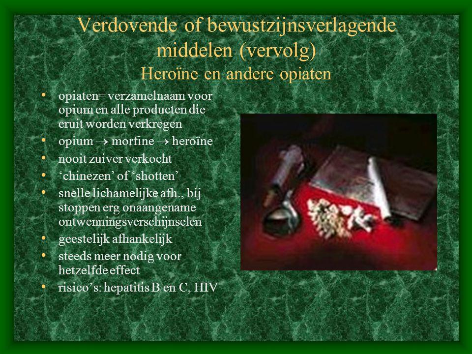 Verdovende of bewustzijnsverlagende middelen (vervolg) Heroïne en andere opiaten opiaten= verzamelnaam voor opium en alle producten die eruit worden v
