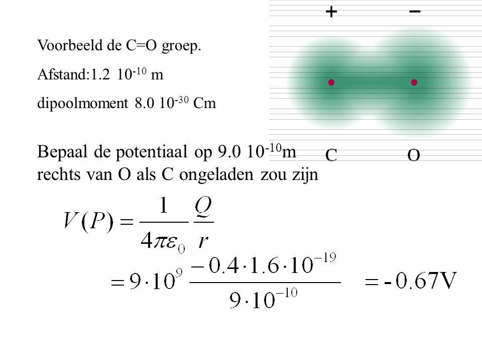 Voorbeeld de C=O groep. Afstand:1.2 10 -10 m dipoolmoment 8.0 10 -30 Cm Bepaal de potentiaal op 9.0 10 -10 m rechts van O als C ongeladen zou zijn