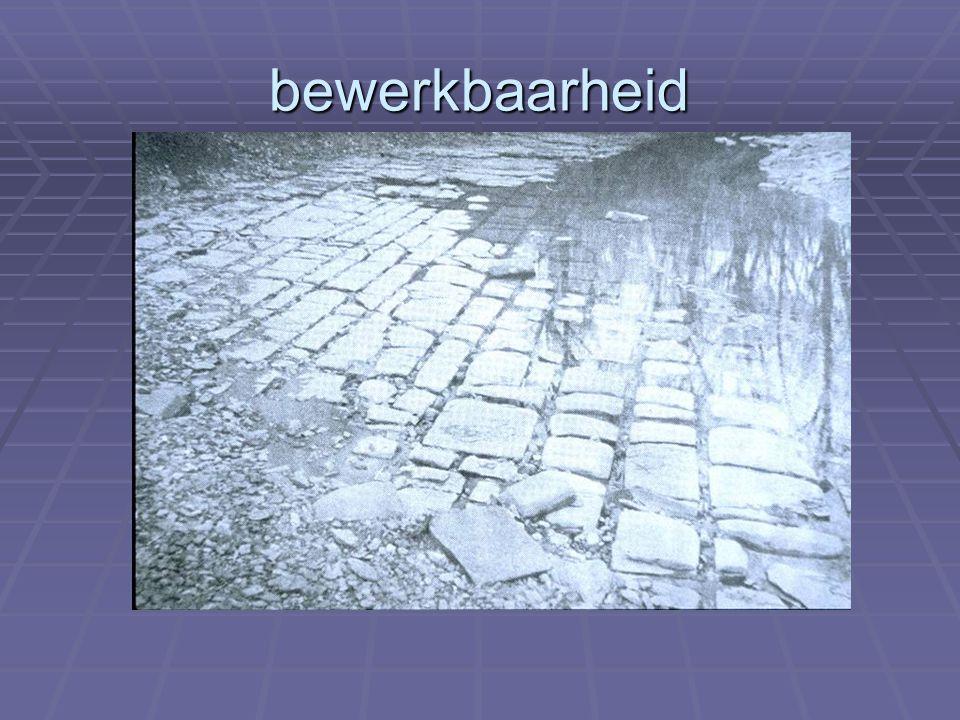 Structuur van materialen: Open poriënsysteem + waterminnend: capillariteit Detail dakopstand in baksteen Voor een droog plafond: onderbreking capillair systeem