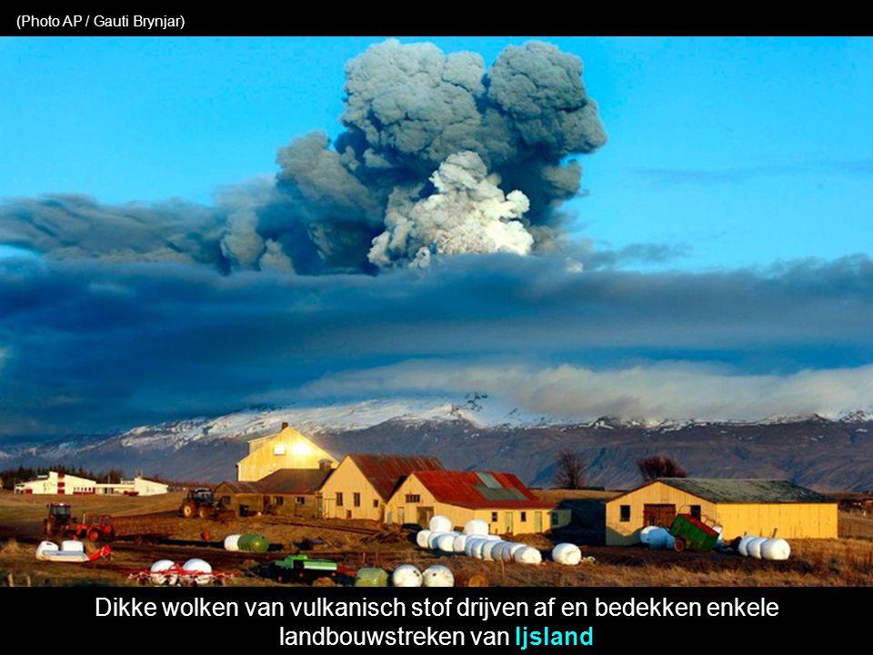 Dikke wolken van vulkanisch stof drijven af en bedekken enkele landbouwstreken van Ijsland (Photo AP / Gauti Brynjar)