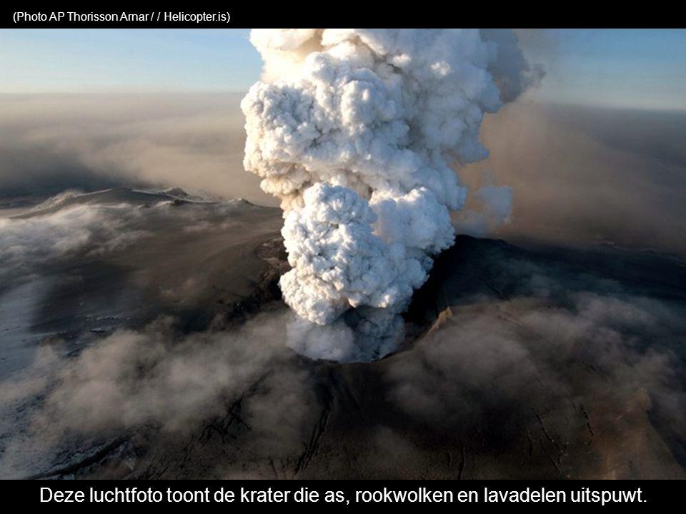 Deze luchtfoto toont de krater die as, rookwolken en lavadelen uitspuwt.