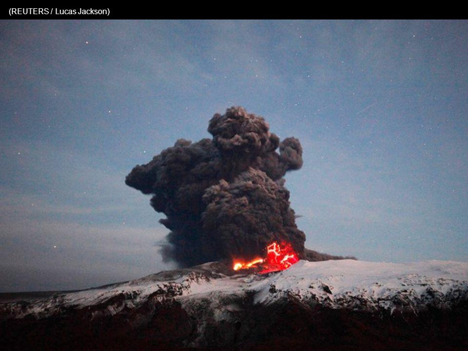 Een klein vliegtuig overvliegt de dikke wolken en de gevaarlijke uitstoot van gas en as (REUTERS / Lucas Jackson)