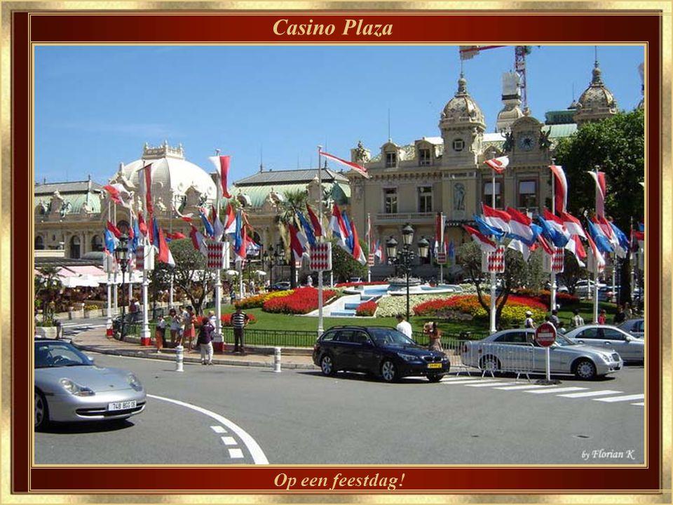 De veiligheidshekken zijn reeds aangebracht voor de Monaco Grand Prix Grand Prix Sunday - Hotel de Paris