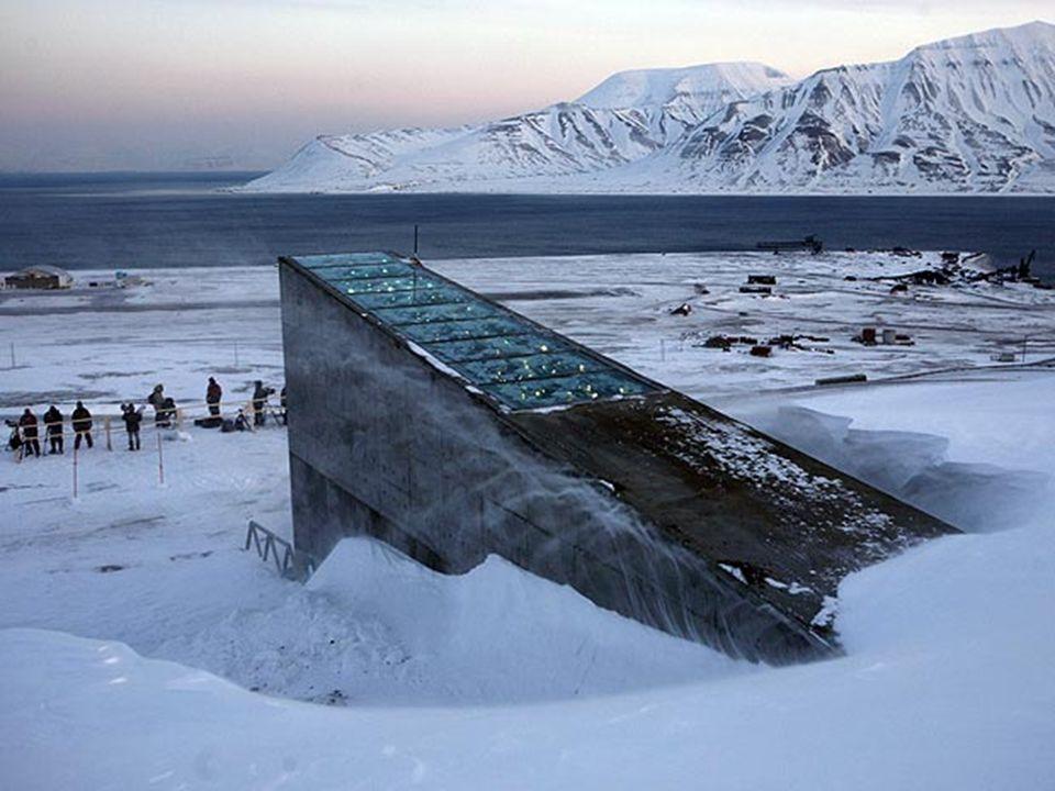 De ingang van de kluis is van een futuristisch ontwerp met metalen spiegels die overdag het zonlicht reflecteren en 's nachts in de duisternis blinken.