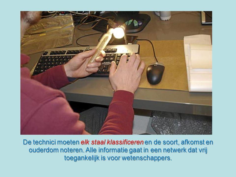Op het einde van de doorgang bevindt zich de controlezaal waar de technici op computers elk staal dat uit alle landen van de wereld binnenkomt registreren.