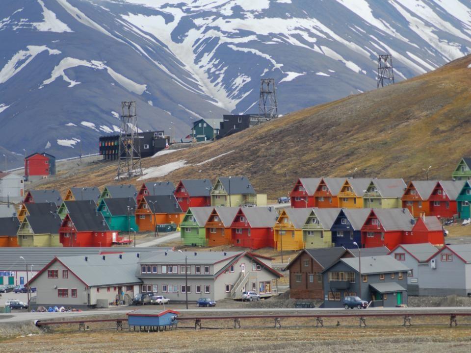 Om aan al die gevaren te weerstaan, ook aan de steeds grotere dreiging van de klimaatverandering of een wereldwijde catastrofe door een nucleaire oorlog, heeft Noorwegen deze kluis gebouwd.