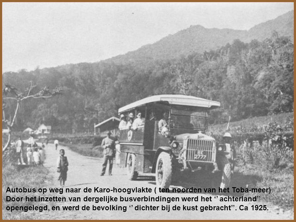 De eerste rit der '' Eendaagsche'' ( exprestrein Batavia- Soerabaja v.v.) te Kroja bij de kruising met de tegenligger.