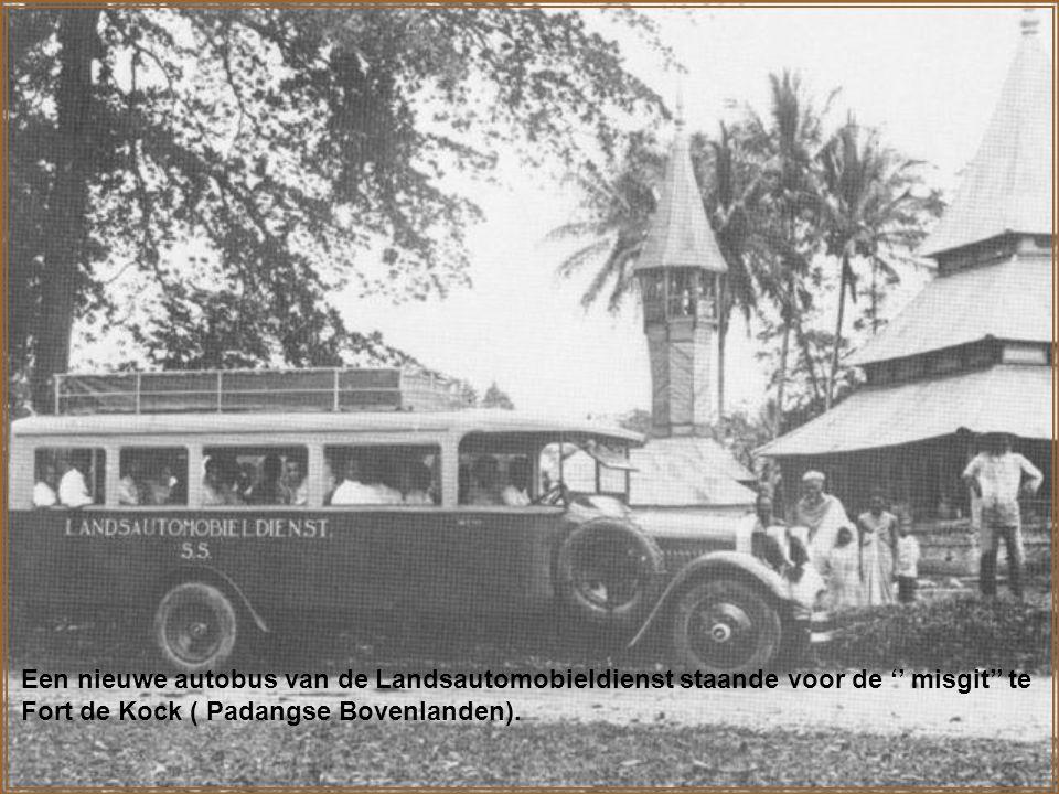 Autobus op weg naar de Karo-hoogvlakte ( ten noorden van het Toba-meer) Door het inzetten van dergelijke busverbindingen werd het '' achterland'' opengelegd, en werd de bevolking '' dichter bij de kust gebracht''.
