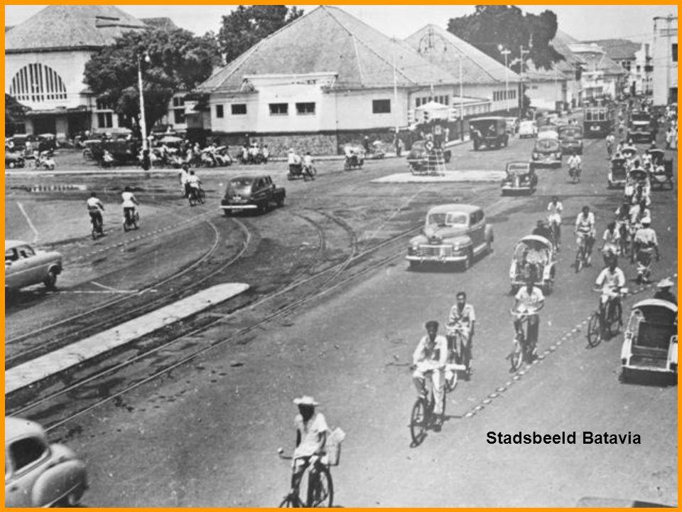 Bandoeng, West-Java, van het gezellig zitje op het terras van de Sociëteit '' Concordia'' zag men tegen 12 uur het drukke verkeer van auto's, motoren