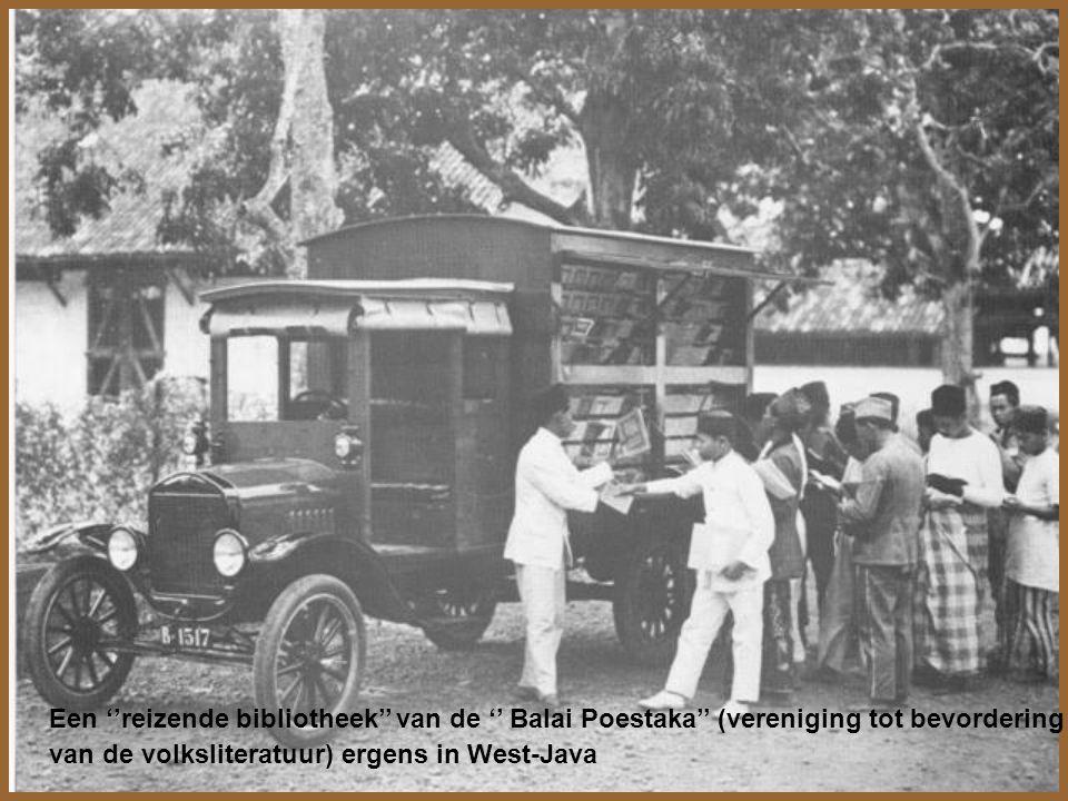 Stadsbeeld te Soerakarta ( Solo); smalspoorbaan door de stad met locomotief en trein, moderne (1947) auto en houten ossekar tezamen op één foto 1951