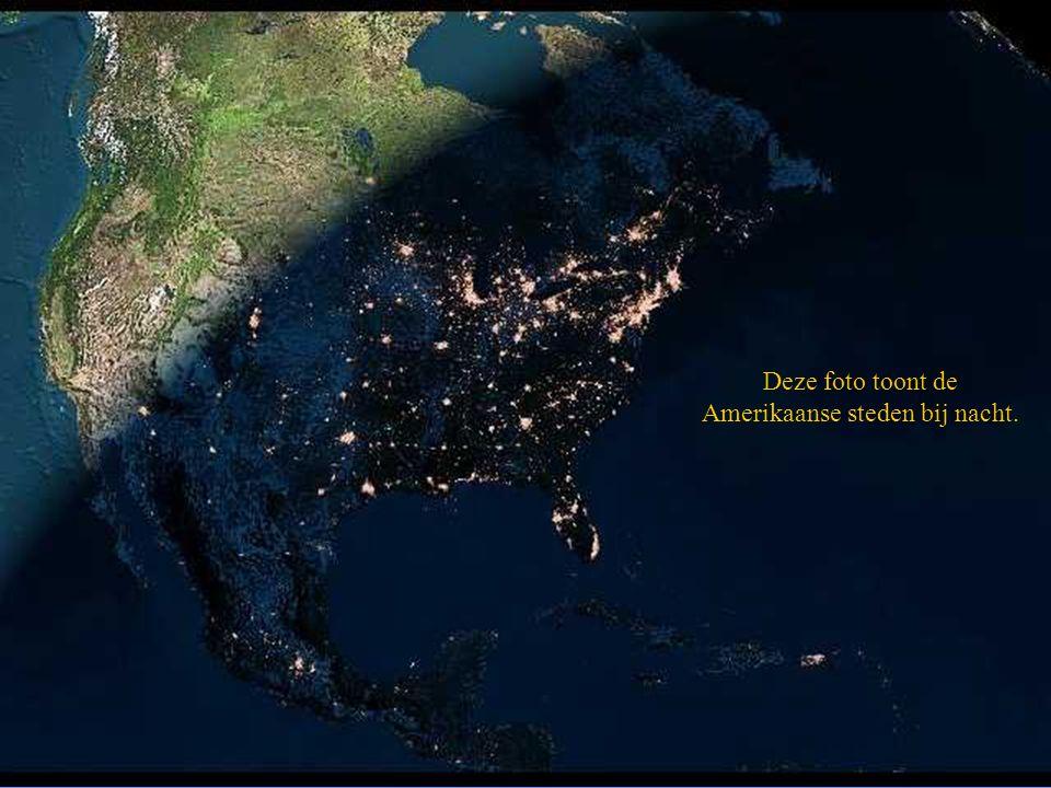 Deze foto toont de Amerikaanse steden bij nacht.