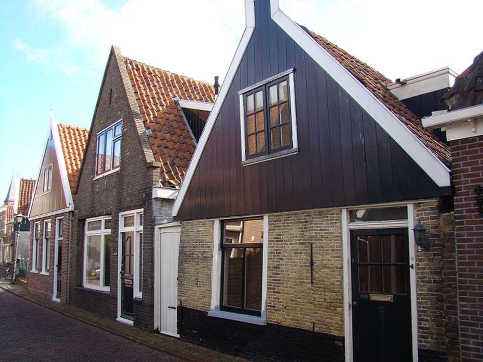 De voormalige kustlijn van de Zuiderzee kan nog gevolgd worden via de 400 kilometer lange Zuiderzee fietsroute, zou je er aan willen beginnen een goede raad: neem een boterhammetje mee voor onderweg!!.