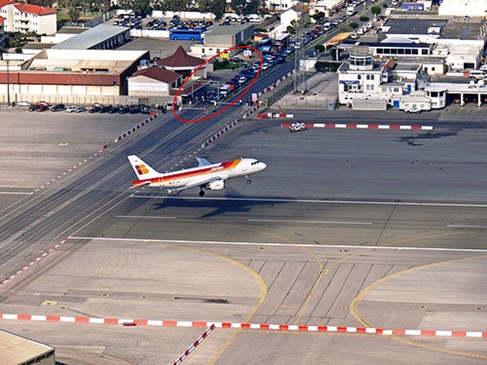 Ongelooflijk! Het verkeer wordt stil gezet zodat vliegtuigen kunnen opstijgen!