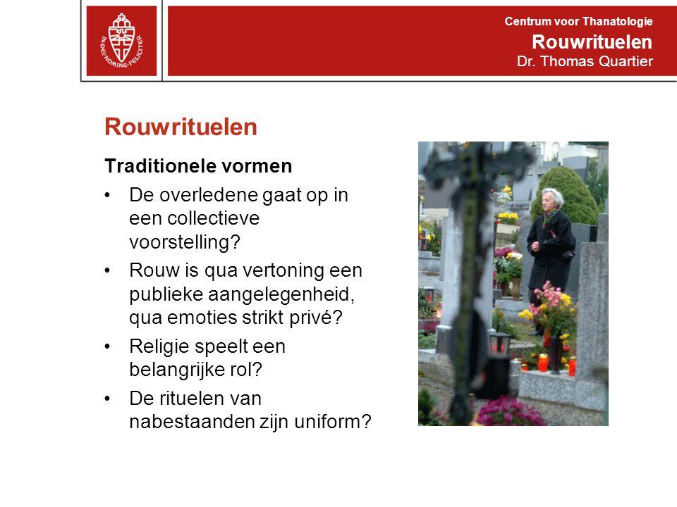 Rouwrituelen Traditionele vormen De overledene gaat op in een collectieve voorstelling? Rouw is qua vertoning een publieke aangelegenheid, qua emoties