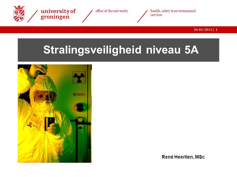 | office of the university health, safety & environmental services 26-01-201112 Indeling  atoom- en kernfysica (1)  wisselwerking (3) o röntgentoestel(2) o afscherming(3) o detectie(4) o radiobiologie(6) het objectieve risico van straling(6) subjectieve risicoacceptatie(6)  grootheden en eenheden (5)  wet- en regelgeving (7) o praktische stralingshygiëne(8 + 9) o afval(11)