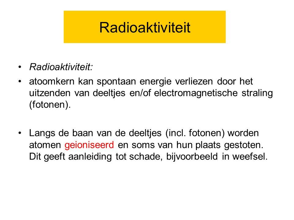 Radioaktiviteit Radioaktiviteit: atoomkern kan spontaan energie verliezen door het uitzenden van deeltjes en/of electromagnetische straling (fotonen).