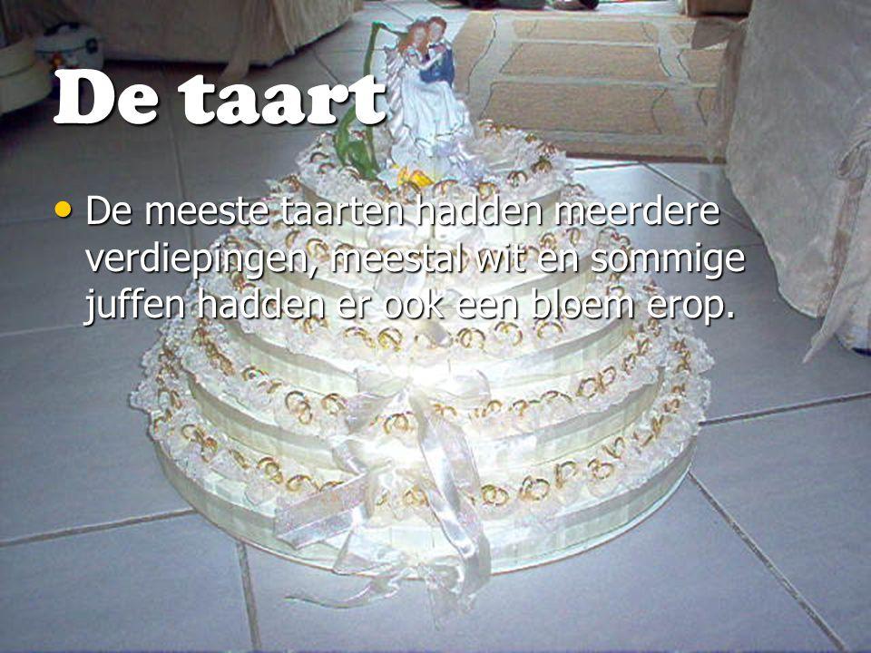 De taart De meeste taarten hadden meerdere verdiepingen, meestal wit en sommige juffen hadden er ook een bloem erop. De meeste taarten hadden meerdere