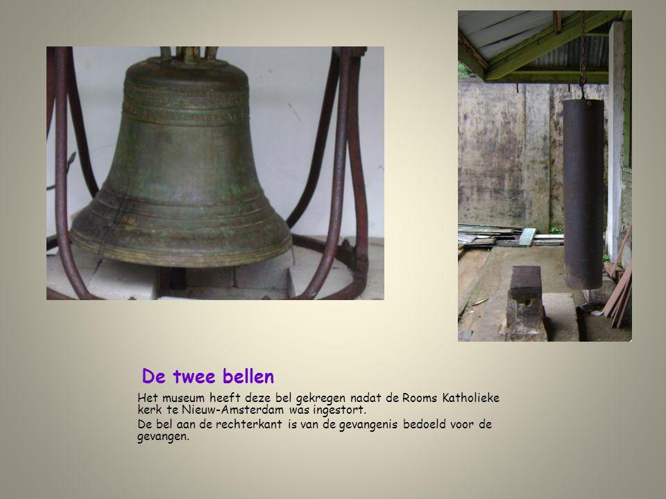 De twee bellen Het museum heeft deze bel gekregen nadat de Rooms Katholieke kerk te Nieuw-Amsterdam was ingestort. De bel aan de rechterkant is van de