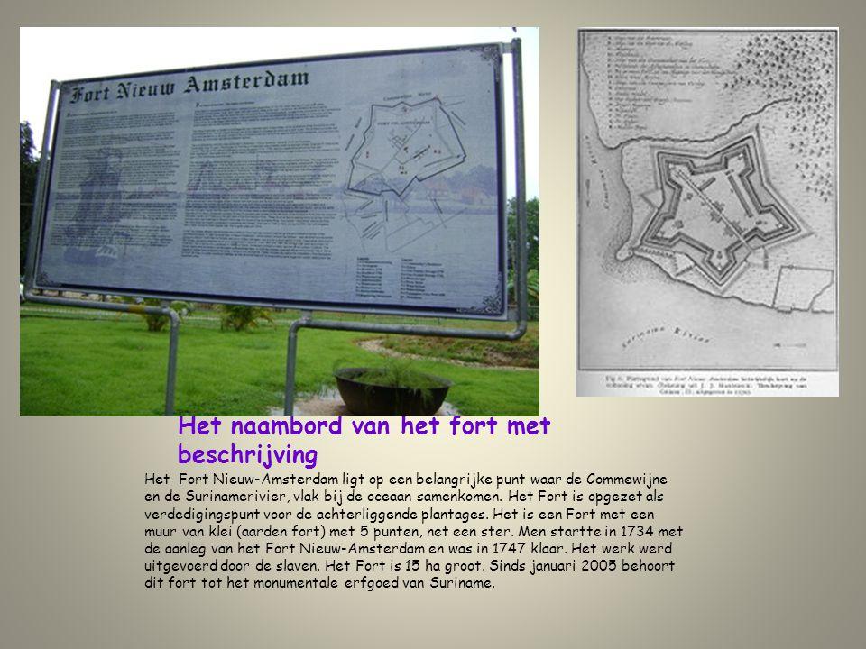 Het naambord van het fort met beschrijving Het Fort Nieuw-Amsterdam ligt op een belangrijke punt waar de Commewijne en de Surinamerivier, vlak bij de