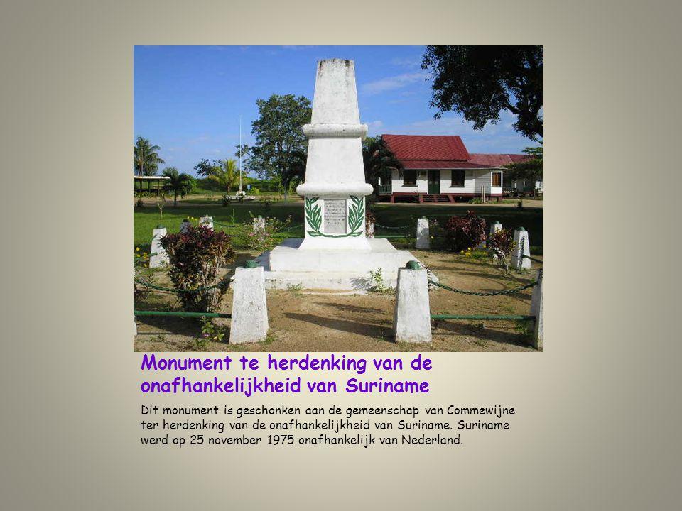 Monument te herdenking van de onafhankelijkheid van Suriname Dit monument is geschonken aan de gemeenschap van Commewijne ter herdenking van de onafha