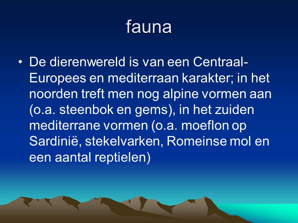 fauna De dierenwereld is van een Centraal- Europees en mediterraan karakter; in het noorden treft men nog alpine vormen aan (o.a. steenbok en gems), i