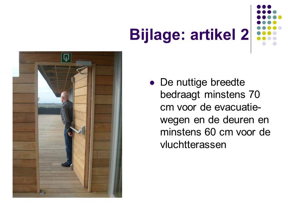 Bijlage: artikel 2 De nuttige breedte bedraagt minstens 70 cm voor de evacuatie- wegen en de deuren en minstens 60 cm voor de vluchtterassen