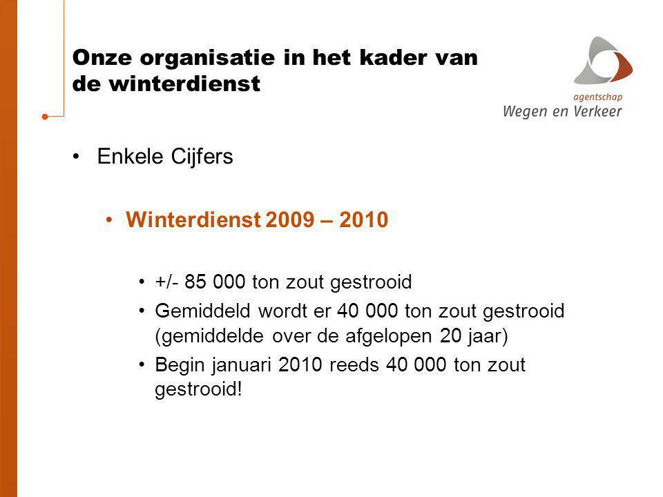 Onze organisatie in het kader van de winterdienst Enkele Cijfers Winterdienst 2009 – 2010 +/- 85 000 ton zout gestrooid Gemiddeld wordt er 40 000 ton