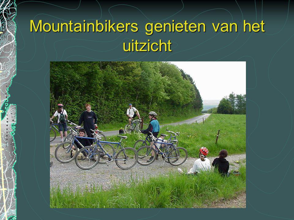Mountainbikers genieten van het uitzicht