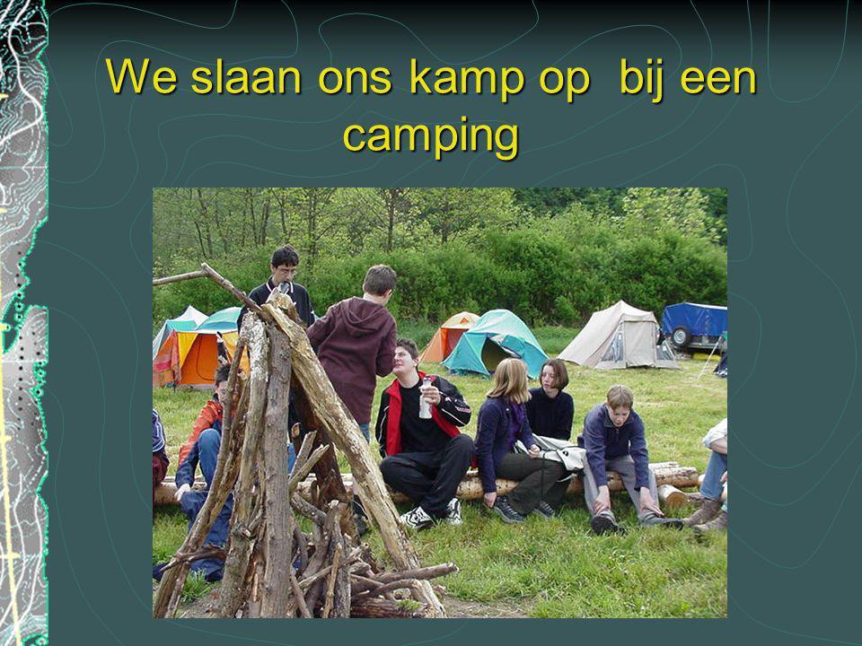 We slaan ons kamp op bij een camping