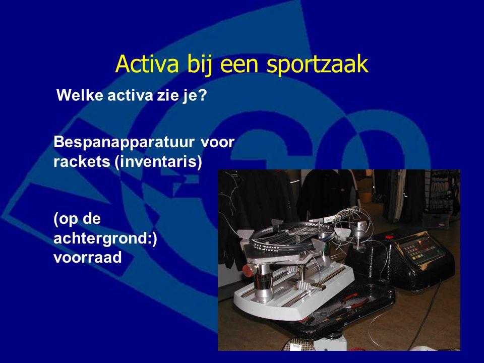 Activa bij een sportzaak Welke activa zie je? Bespanapparatuur voor rackets (inventaris) (op de achtergrond:) voorraad