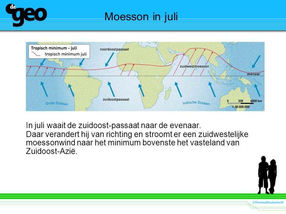 Moesson in juli In juli waait de zuidoost-passaat naar de evenaar. Daar verandert hij van richting en stroomt er een zuidwestelijke moessonwind naar h