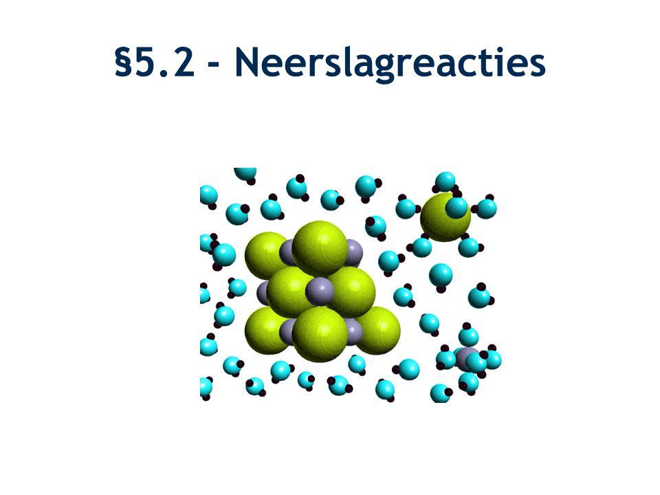 Reactievergelijkingen Oplosvergelijking: van (s) naar (aq) –KI (s)  K + (aq) + I - (aq) –MgCl 2 (s)  Mg 2+ (aq) + 2 Cl - (aq) Indampvergelijking: van (aq) naar (s) –3 Na + (aq) + PO 4 3- (aq)  Na 3 PO 4 (s)