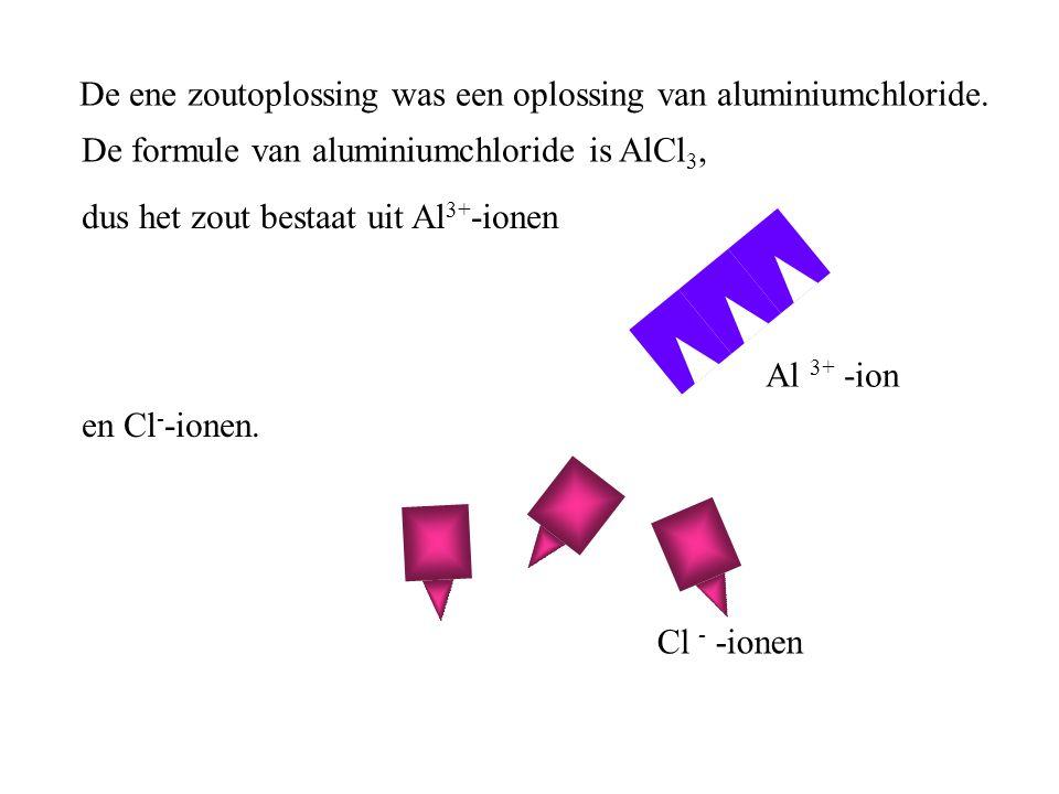 De ene zoutoplossing was een oplossing van aluminiumchloride. De formule van aluminiumchloride is AlCl 3, dus het zout bestaat uit Al 3+ -ionen en Cl