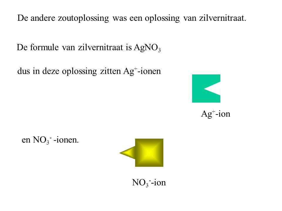 De andere zoutoplossing was een oplossing van zilvernitraat. De formule van zilvernitraat is AgNO 3 dus in deze oplossing zitten Ag + -ionen en NO 3 -