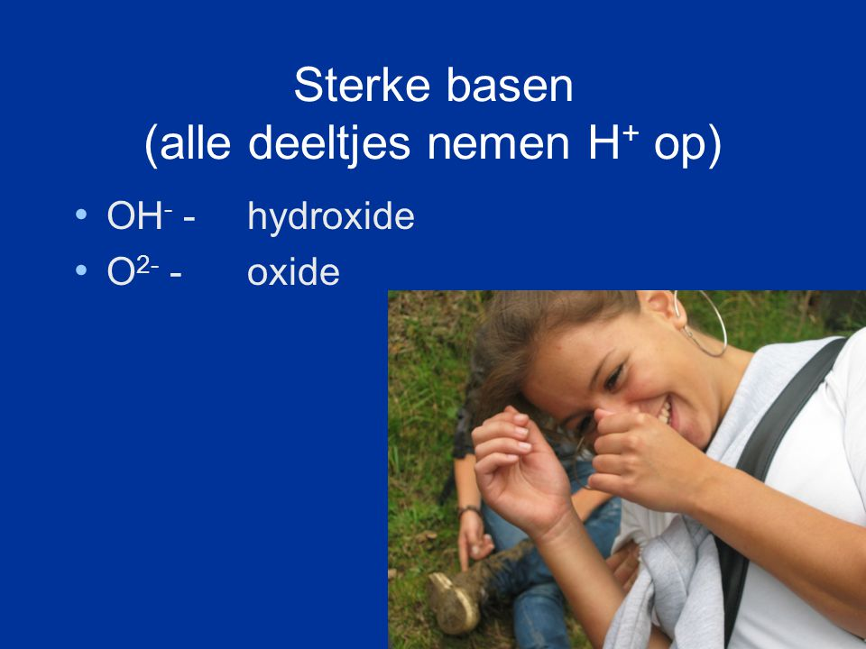 Zwakke basen (een paar deeltjes nemen H + op) NH 3 ammoniak S 2- sulfide CO 3 2- carbonaat SO 3 2- sulfiet PO 4 3- fosfaat