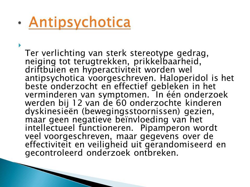  Ter verlichting van sterk stereotype gedrag, neiging tot terugtrekken, prikkelbaarheid, driftbuien en hyperactiviteit worden wel antipsychotica voorgeschreven.