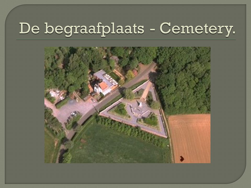  Frans militair massagraf uit WW1  Grootste Franse militaire begraafplaats in België  5294 Franse doden herdacht  Slechts 57 met naam  In de vorm van een driehoek  Witte obelisk  French military mass grave of WW1  The biggest French military cemetery in Belgium  5294 French soldiers are rememberend, only 57 by name  Triangle shaped monument  White obelisk