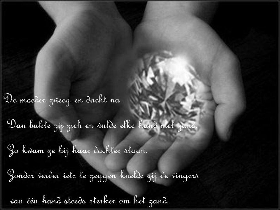 De moeder zweeg en dacht na.Dan bukte zij zich en vulde elke hand met zand.