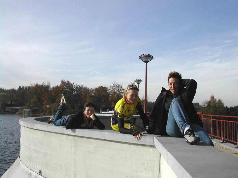 OPDRACHT Neem een foto op de stuwdam van Butgenbach met 3 vrouwen in verleidelijke pose Neem een foto op de stuwdam van Butgenbach met 3 vrouwen in verleidelijke pose
