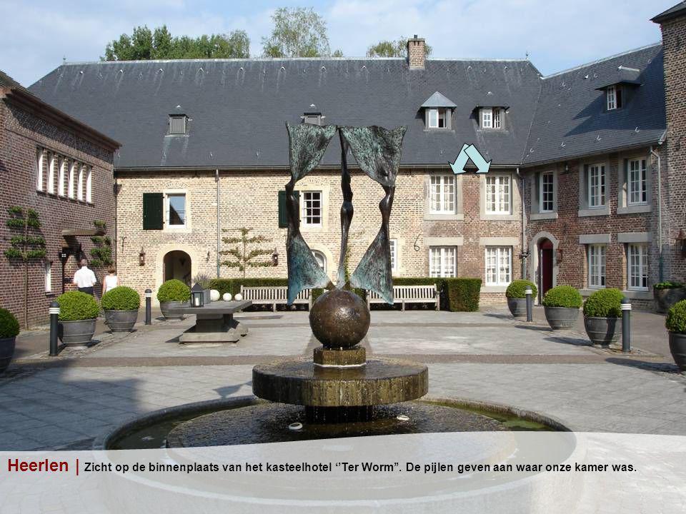 Heerlen | Zicht op de binnenplaats van het kasteelhotel ''Ter Worm''.