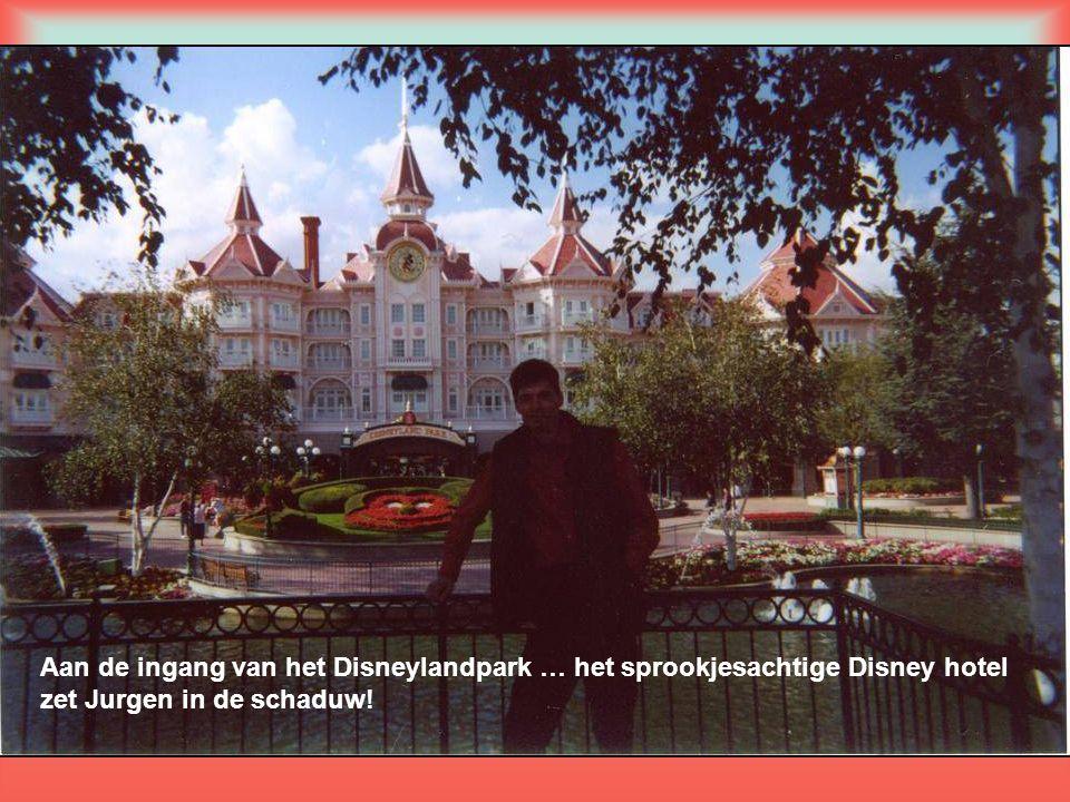 Aan de ingang van het Disneylandpark … het sprookjesachtige Disney hotel zet Jurgen in de schaduw!