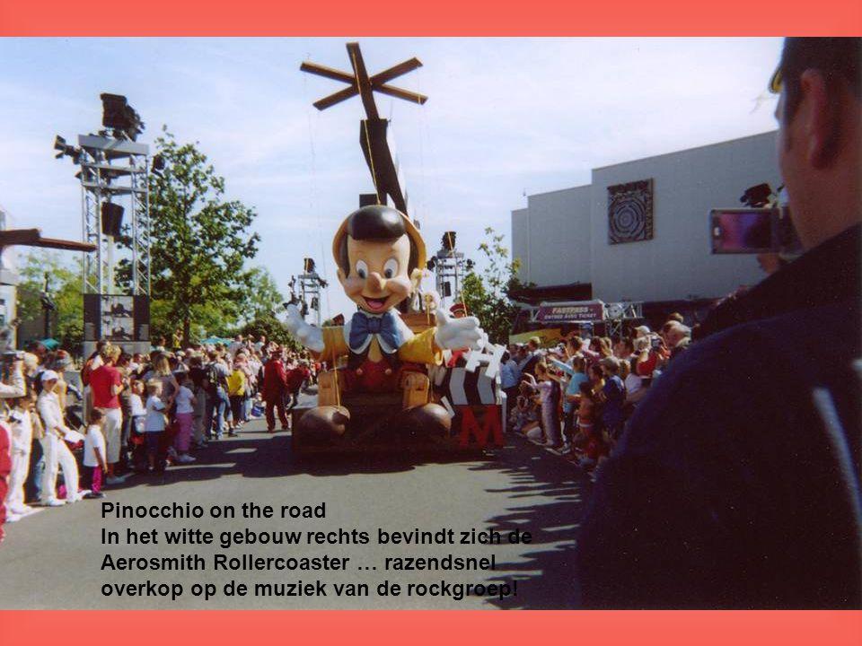 Pinocchio on the road In het witte gebouw rechts bevindt zich de Aerosmith Rollercoaster … razendsnel overkop op de muziek van de rockgroep!